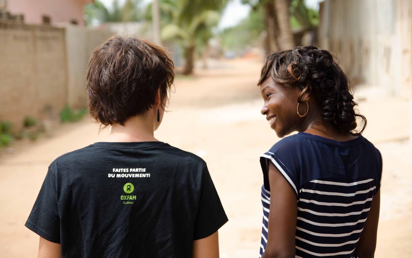 Deux employées d'Oxfam marchent côte à côte