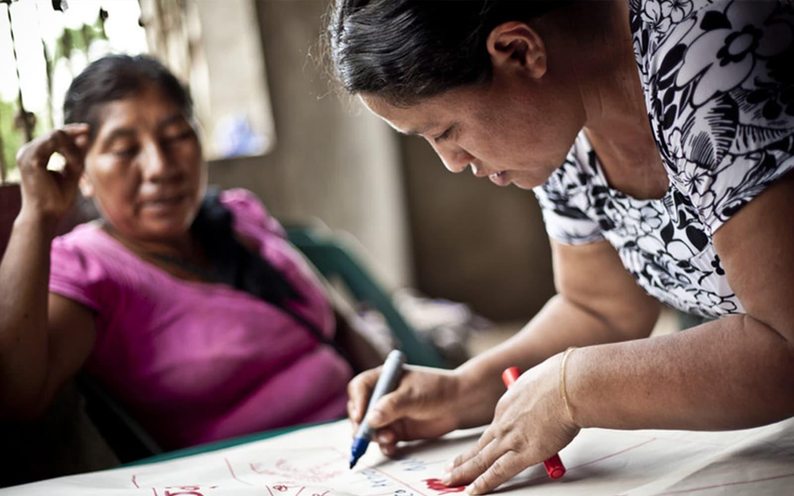 Deux femmes travaillent à l'élaboration d'un projet