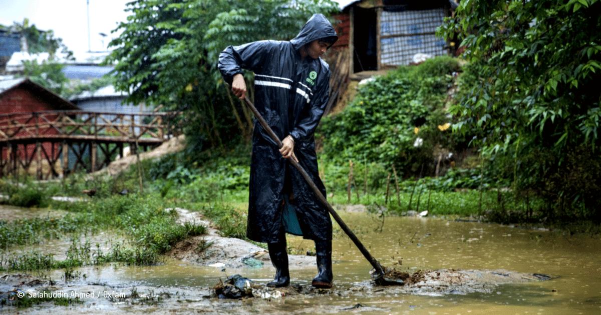 une personne évacue les débris d'une zone inondable
