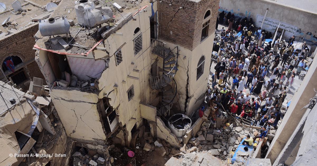 maisons détruites après des raids aériens au Yémen