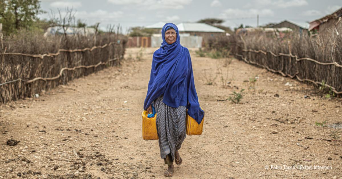 Une femme éthiopienne porte des bidons d'eau