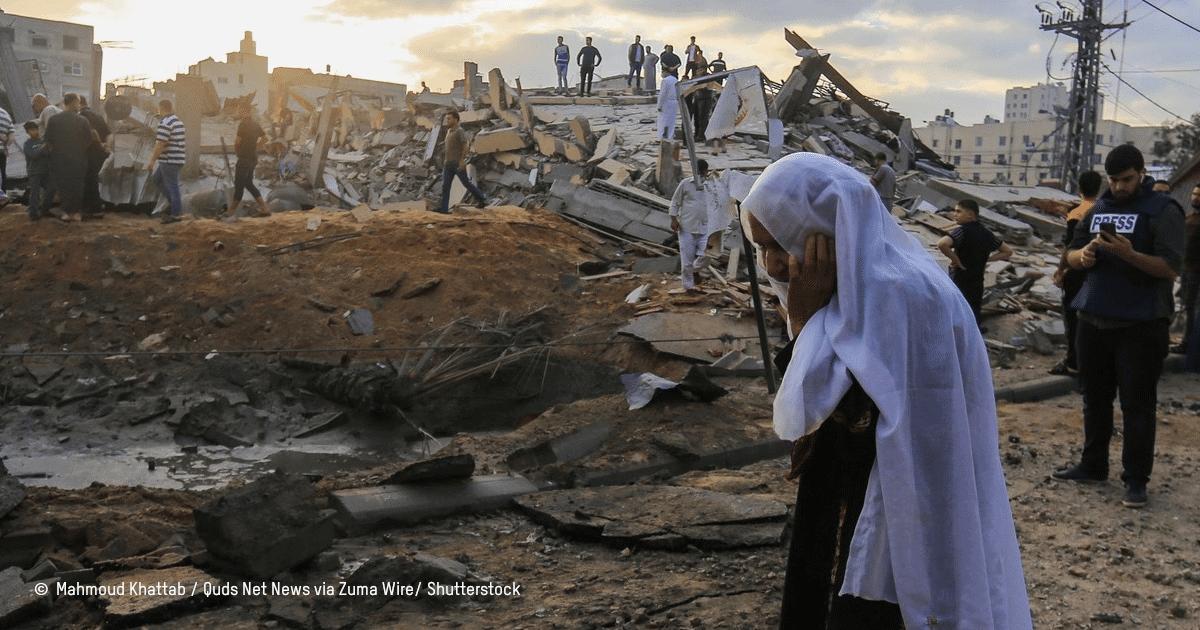 Une personne se désole en voyant les ruines causés par des bombardements aériens à Gaza